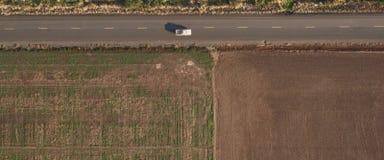 Campo arado ao longo da estrada, vista superior imagem de stock