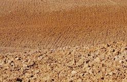 Campo arado con la tierra de Siena Imágenes de archivo libres de regalías