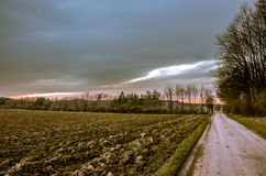 Campo arado en el tiempo de la oscuridad del otoño imagen de archivo
