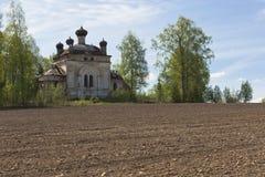 Campo arado en un fondo de la iglesia que desmenuza Concepto de renacimiento de la vida Fotos de archivo libres de regalías
