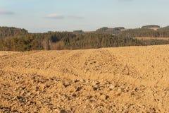 Campo arado no campo em República Checa A mola funciona no campo Terra Fotografia de Stock