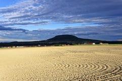 Campo arado sob a luz solar brilhante foto de stock royalty free