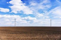 Campo arado, suelo fértil, negro listo para sembrar Resorte azul Imagen de archivo