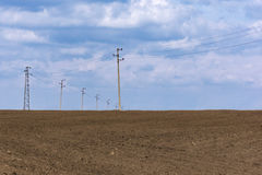 Campo arado, suelo negro fértil listo para sembrar Resorte azul Fotos de archivo libres de regalías