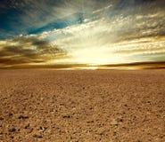 Campo arato del terreno coltivabile nel tramonto Immagini Stock Libere da Diritti