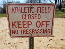 Campo atlético blanco y rojo cerrado para no evitar ninguna muestra de violación en la suciedad fotografía de archivo libre de regalías