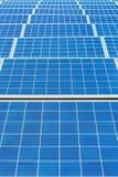 Campo azul simétrico con los muchos paneles solares foto de archivo libre de regalías