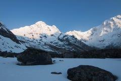 Campo bajode Annapurna del todel senderismo Imagen de archivo