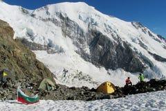 Campo bajo de los escaladores alpinos en caminar la ruta, la bandera de Bulgaria Imagen de archivo