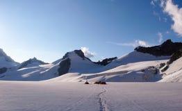 Campo base con molte tende su un alto ghiacciaio alpino nelle alpi vicino a Chamonix-Mont-Blanc Fotografie Stock Libere da Diritti