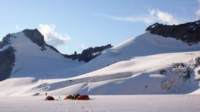 Campo base con molte tende su un alto ghiacciaio alpino nelle alpi vicino a Chamonix-Mont-Blanc Fotografia Stock