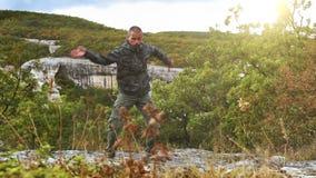 Campo base di addestramento dell'alta montagna: l'istruttore di yoga si esercita che si ritirano nella natura stock footage