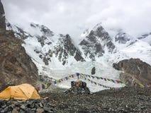 Campo base K2 il giorno nuvoloso Fotografia Stock