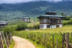 Campo Bhutanese del riso e del villaggio, valle di Ura, Bhutan fotografie stock