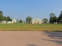 Campo blanco y amarillo del palacio del color del parque Imagen de archivo