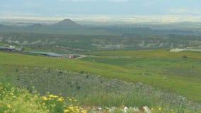 Campo bonito com flores, montes, panorama surpreendente da paisagem, beleza natural video estoque