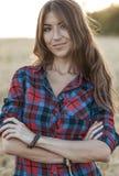 Campo bonito da menina verão na natureza Vista de sorriso feliz no quadro Na camisa de noite uma mulher moreno, um fim Fotos de Stock