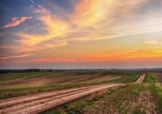 Campo céu bonito sobre um campo montanhoso foto de stock