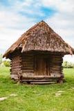 Campo Casa ucraniana tradicional vieja en un pueblo Fotos de archivo