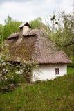 Campo Casa ucraniana tradicional vieja en un pueblo Foto de archivo libre de regalías