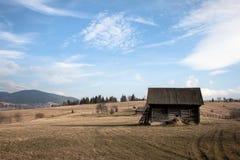 Campo, celeiro e céu azul Imagem de Stock