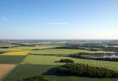 Campo coltivato da sopra Vista aerea dei prati e dei campi coltivati Punto di vista degli uccelli Fotografie Stock Libere da Diritti
