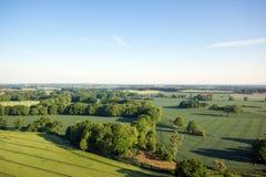 Campo coltivato da sopra Vista aerea dei prati e dei campi coltivati Punto di vista degli uccelli Immagine Stock