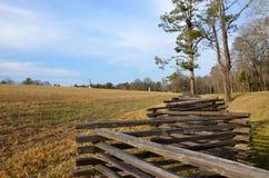 Campo com a cerca de trilho rachado Imagem de Stock