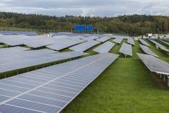 Campo com energia alternativa das células solares azuis do siliciom Imagem de Stock Royalty Free