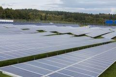 Campo com energia alternativa das células solares azuis do siliciom Fotos de Stock