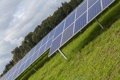 Campo com energia alternativa das células solares azuis do siliciom Imagens de Stock Royalty Free