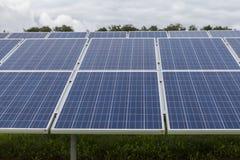 Campo com energia alternativa das células solares azuis do siliciom Imagem de Stock