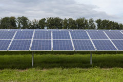 Campo com energia alternativa das células solares azuis do siliciom Foto de Stock Royalty Free