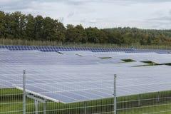 Campo com energia alternativa das células solares azuis do siliciom Fotografia de Stock Royalty Free