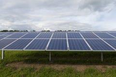 Campo com energia alternativa das células solares azuis do silicion Foto de Stock Royalty Free