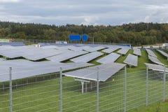 Campo com energia alternativa das células solares azuis do silicion Imagens de Stock Royalty Free