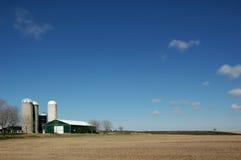 Campo com exploração agrícola e céu Imagens de Stock Royalty Free