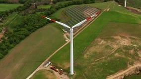 Campo com geradores de vento e os painéis solares filme