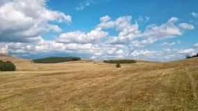 Campo com nuvens foto de stock royalty free