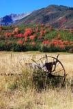 Campo con el equipo de granja viejo y colores de la caída Fotos de archivo libres de regalías