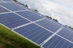 Campo con l'energia alternativa blu delle pile solari di silicion Fotografia Stock Libera da Diritti