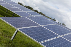 Campo con l'energia alternativa blu delle pile solari di silicion Immagini Stock Libere da Diritti