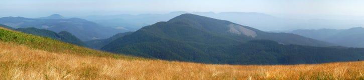 Campo con la montaña Foto de archivo libre de regalías