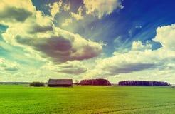 Campo con las nubes que flotan a través del cielo, primavera, Europa Imágenes de archivo libres de regalías
