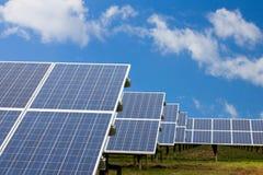Campo con le pile solari Fotografia Stock Libera da Diritti