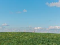 Campo con passare della gente Fotografie Stock