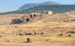 Campo con ruinas y piedras foto de archivo