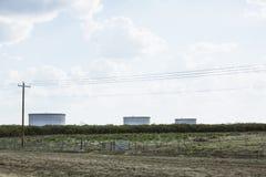 Campo con tre serbatoi di acqua nel Texas Immagini Stock