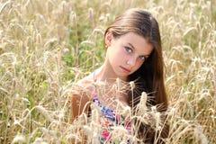 Campo corrente di estate della bella giovane bambina immagine stock libera da diritti