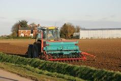 Campo d'aratura dell'azienda agricola del trattore Immagine Stock